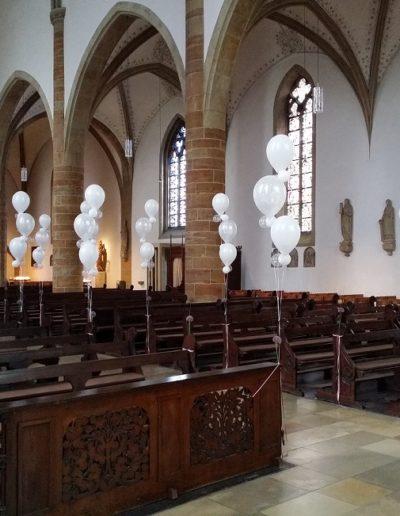 Kirchendekoration mit Heliumballons